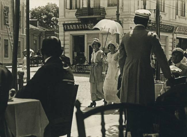 Galatiul Vechi poze cu Domnisoare la plimbare vizavi de Farmacia Domneasca