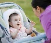 bebelus in carucior de copii