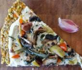 Reteta pizza raw vegana cu masline si ciuperci