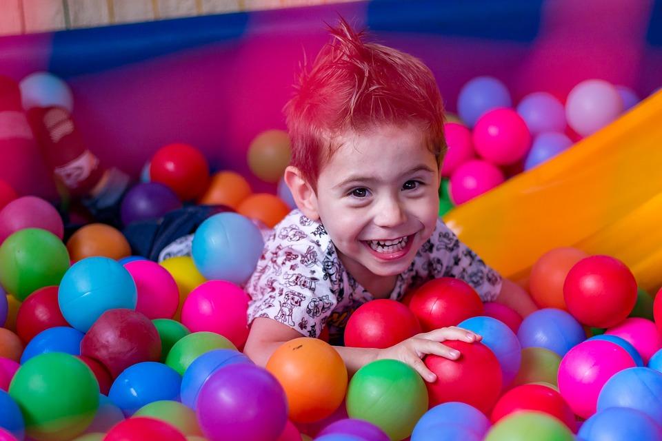 Jocul, jucariile si copiii - 7 avantaje ale acestor activitati distractive, dar si educative
